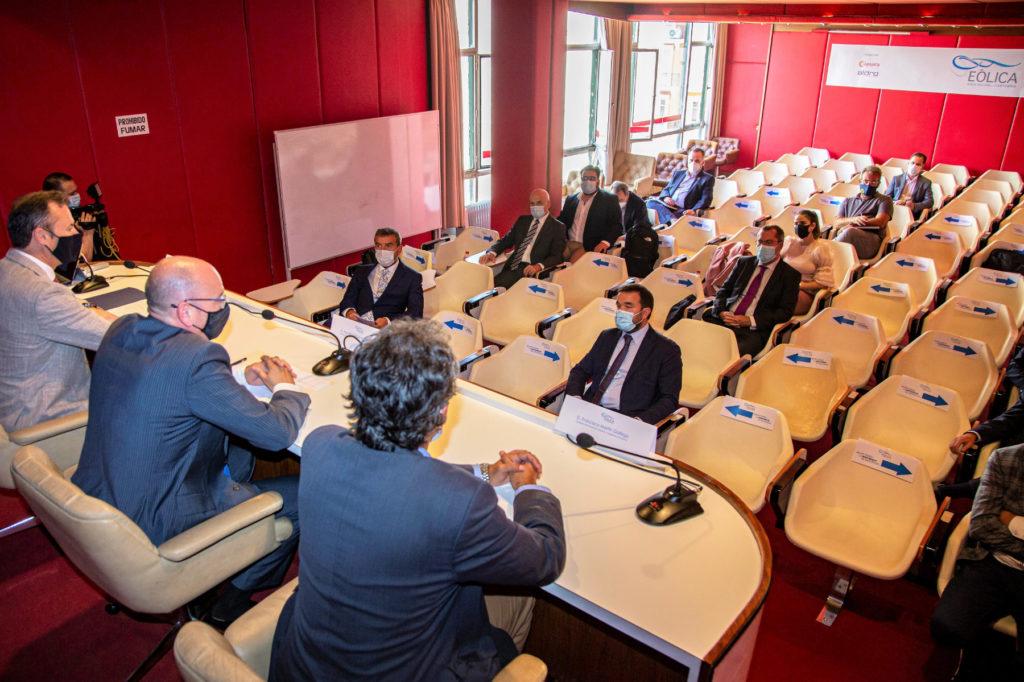 Un momento del encuentro empresarial, con los consejeros del Gobierno de Cantabria presidiendo el acto.