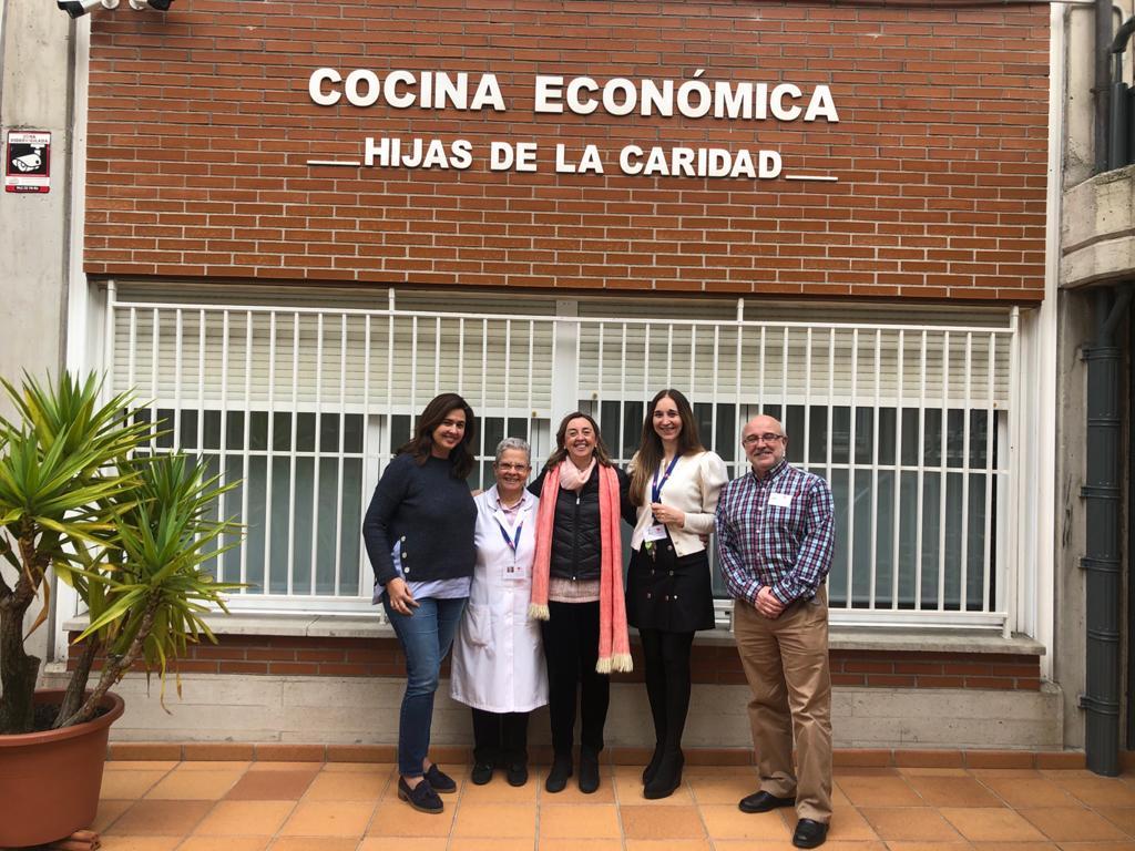 Momento de entrega de alimentos en la Cocina Económica de Santander