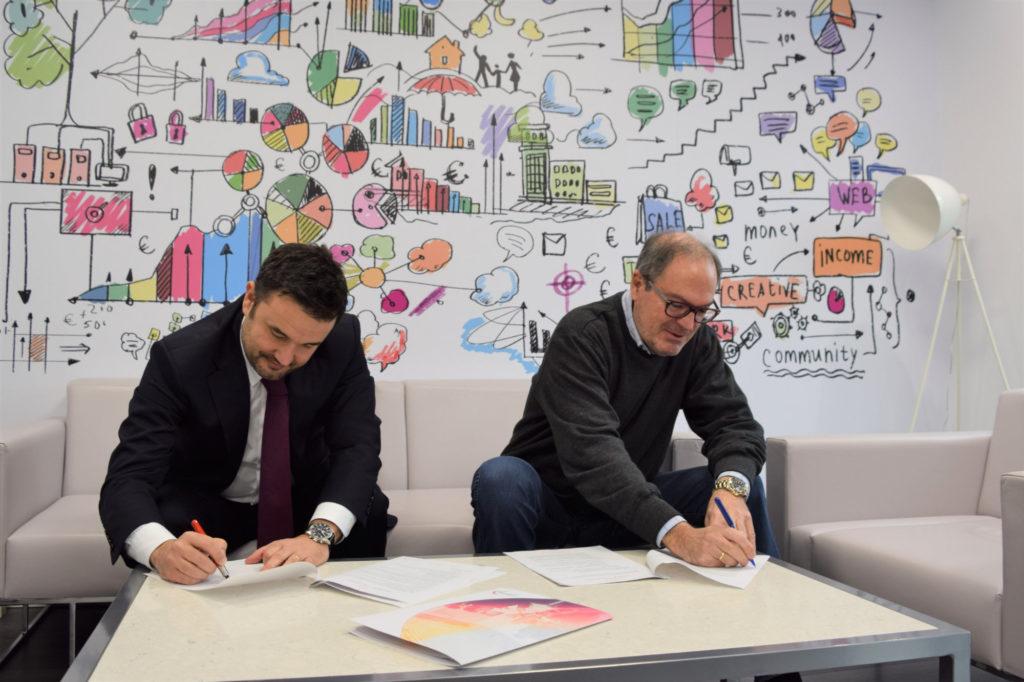 Álvaro Villa Miller (CEO del grupo PITMA) y Javier González Portilla (Presidente de Mujer y Talento), durante la firma del acuerdo, en la sede cántabra de PITMA.
