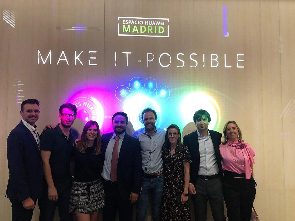 Equipo de Flagstore Management y directivos del grupo PITMA, durante la inauguración de Espacio Huawei Madrid