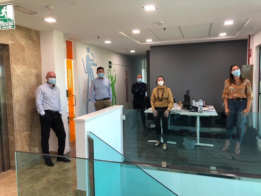 Diferentes miembros del equipo de servicios centrales del grupo PITMA, en la primera jornada laboral en fase de retorno